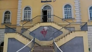 ennesimo atto vandalico alla stazione di colorno (vetri rotti e urina ovunque)-2