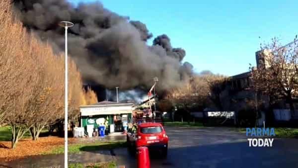 VIDEO | Panico in via Newton: incendio nella scuola