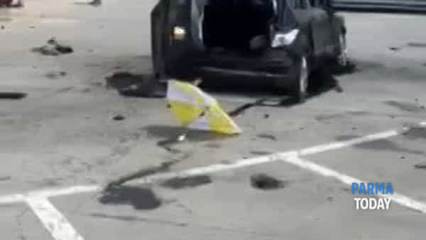 VIDEO - Auto di ribalta alla rotonda e finisce nel parcheggio dell'Ovs