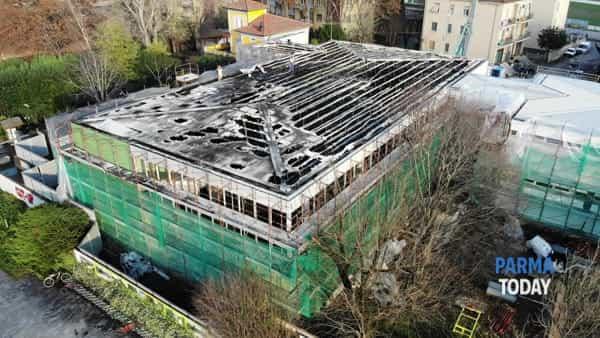 VIDEO | Il tetto della scuola Newton dopo l'incendio: le riprese con il drone