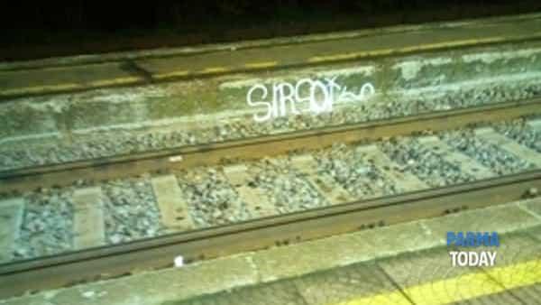 """stazione di colorno: """"lavagna per graffitari di bassa levatura"""".-6"""