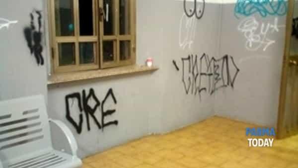 """stazione di colorno: """"lavagna per graffitari di bassa levatura"""".-2"""