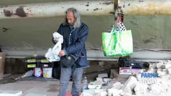 Gli homeless che vivono sotto il ponte Verdi: il reportage