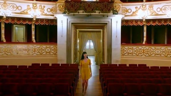 La ragazza gialla visita le bellezze di Parma